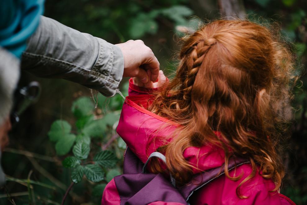 kleine momente familienfotos waldspaziergang