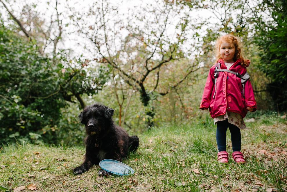 authentische familienfotos mit hund im wald fotografin frankfurt