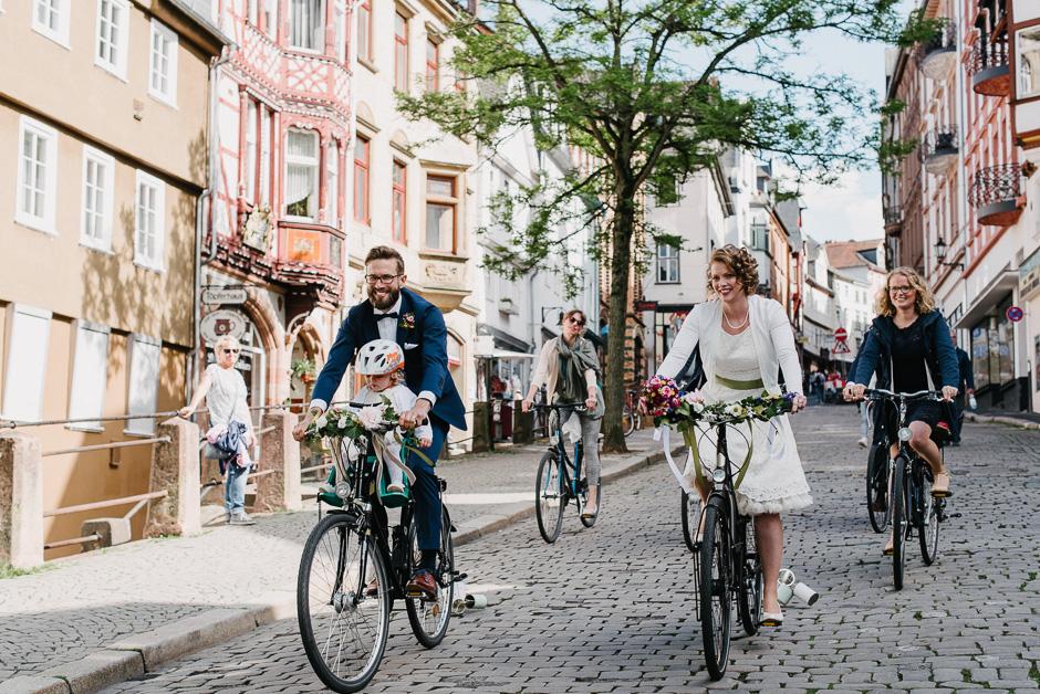 mit dem fahrrad durch die oberstadt hochzeit in marburg
