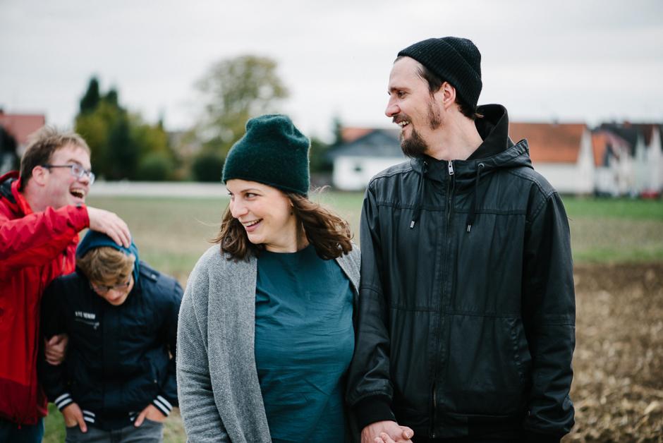 familienfotografie spaziergang mit der grossfamilie