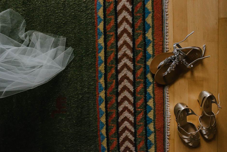 hochzeitsdetails kleid schuhe