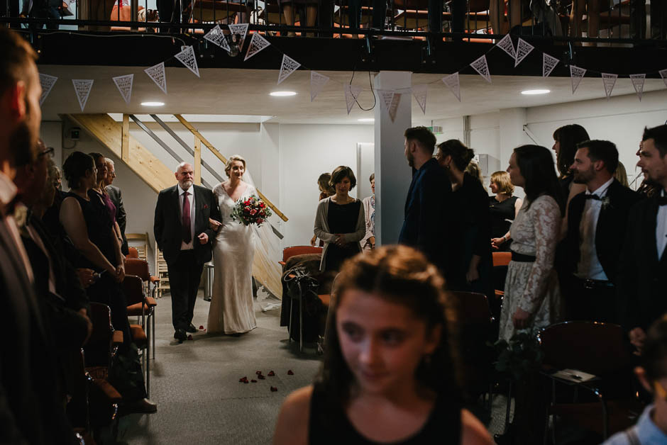 industrial wedding einzug braut