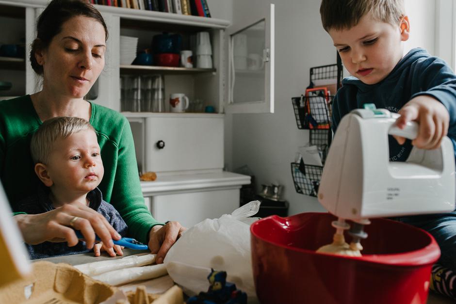 dokumentarische familienfotos mama mit kindern beim kochen